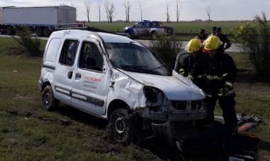 Salida de Bomberos Vuelco en Solitario de una Renault Kangoo