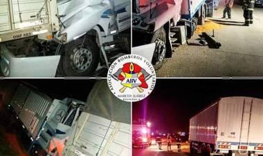 Alarma general de Bomberos, colisión por alcance entre dos camiones.